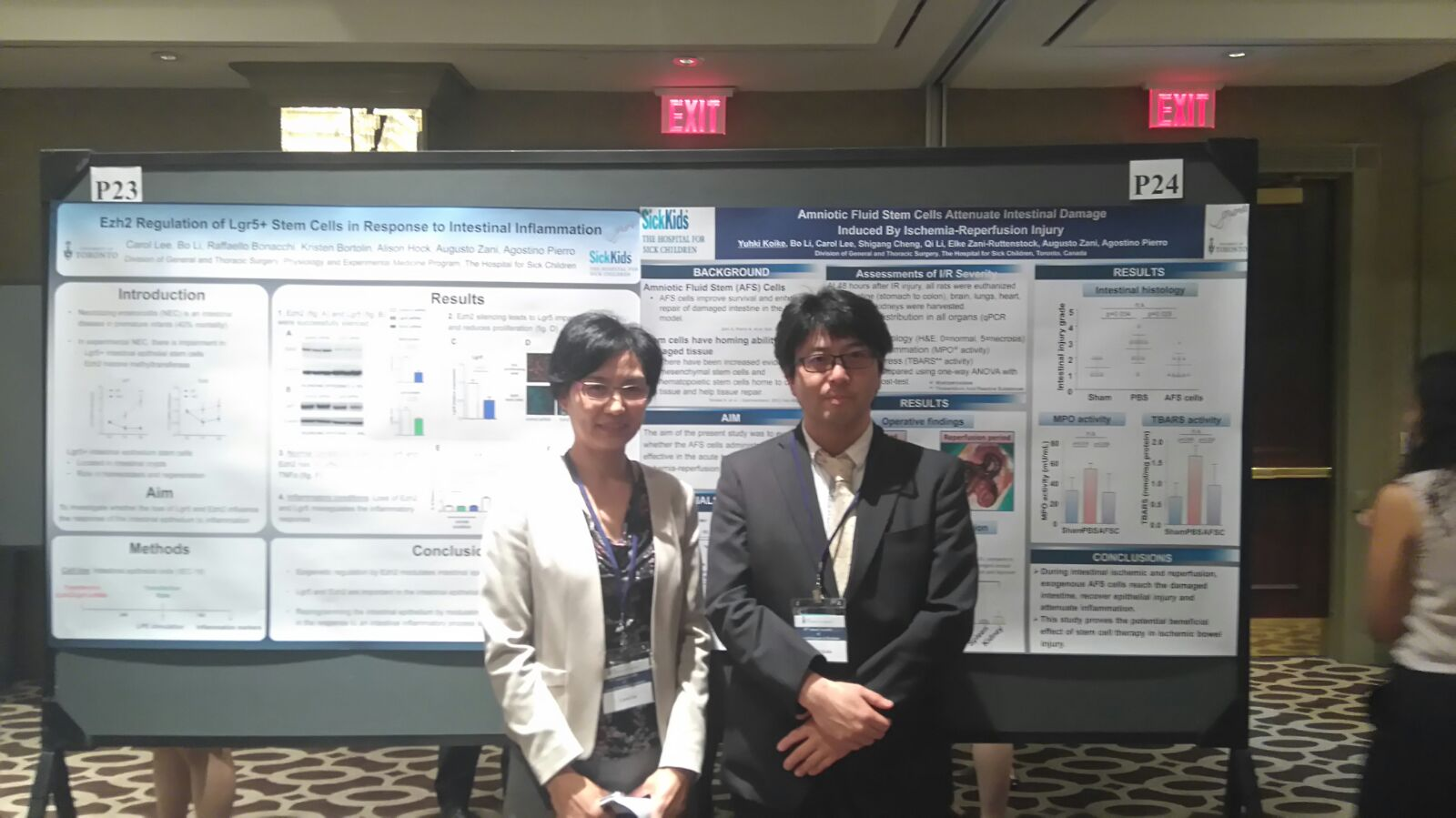 Photo of Carol Lee and Yuhki Koike presenting their posters at the Annual Assembly of General Surgeons and Residents (May 2016)